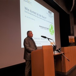 Im Audimax des naturwissenschaftlichen Campus der Universität Salzburg referiert Peter Wolff über ein an der Hochschule Fulda, Fachbereich ET, entwickeltes Sensornetz für den Sternenpark Rhön, gegen die Lichtverschmutzung.
