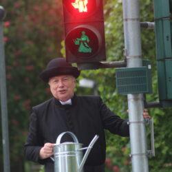 Peter Wolff in seiner Rolle des Pfarres Kneipp vor der neuen Kneipp-Ampel